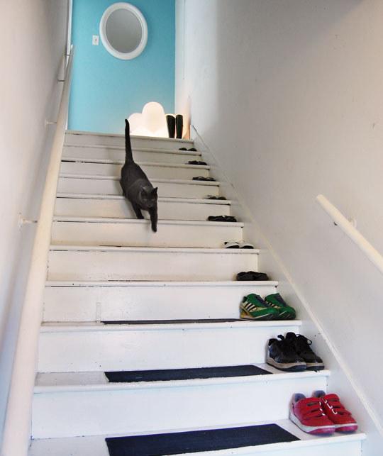 Układaj buty na schodach /© Photogenica