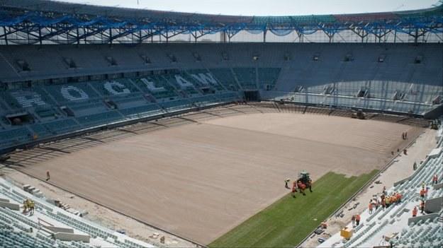 Układanie murawy na budowanym na Euro 2012 Stadionie Miejskim we Wrocławiu fot: Grzegorz Hawałej /PAP