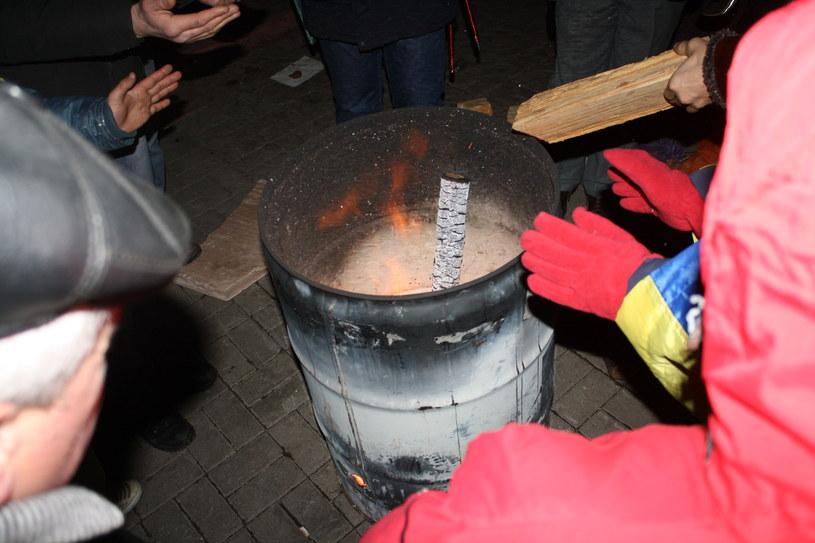 """Ukraina, Kijów. Noc z 4 na 5 grudnia 2013 r., """"beczka z ciepłem""""... /"""