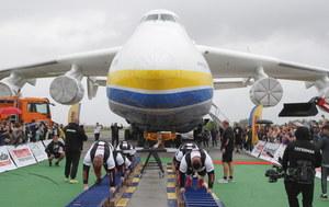 Ukraina: Siłacze przeciągnęli największy samolot transportowy świata