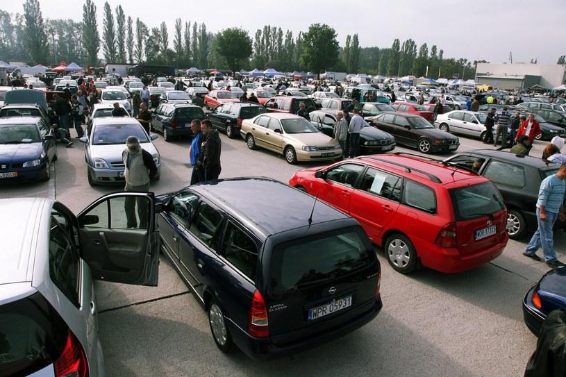 Ukraińcy kupują auta, również w Polsce, ale nie rejestrują ich na Ukrainie /Tomasz Barański /Reporter
