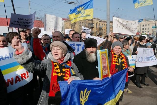 Ukraińcy protestują przeciwko działaniom Rosji /SERGEY DOLZHENKO /PAP/EPA