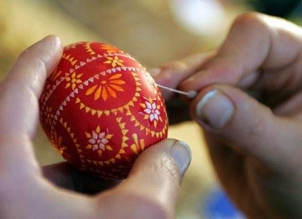 Ukraińcy uczą się robić pisanki /AFP