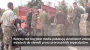 Ukraińscy jeńcy pod lufą karabinów sprzątają ulice