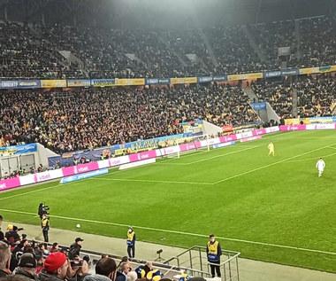 """Ukraińscy kibice skandują """"Putin - chujło"""" podczas meczu z Bośnią i Hercegowiną. WIDEO"""