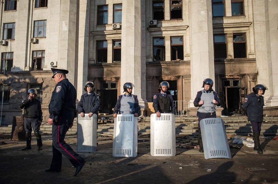 Ukraińscy milicjanci przed siedzibą związków zawodowych w Odessie /ALEXEY FURMAN /PAP/EPA