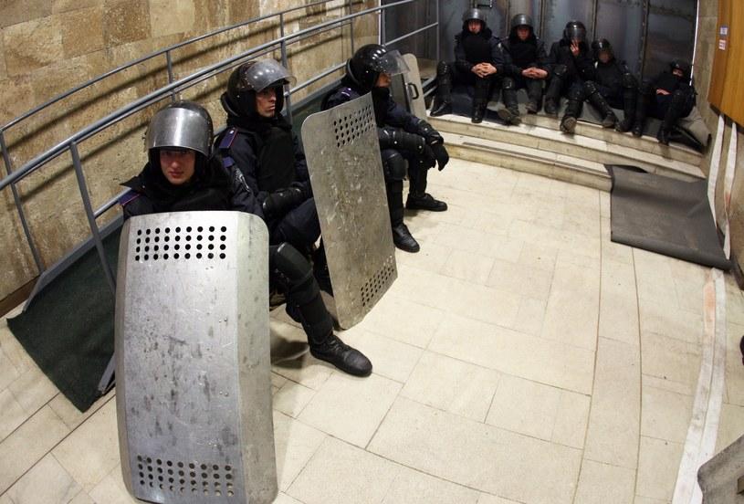 Ukraińscy milicjanci w gmachu administracji obwodowej jeszcze przed szturmem /AFP