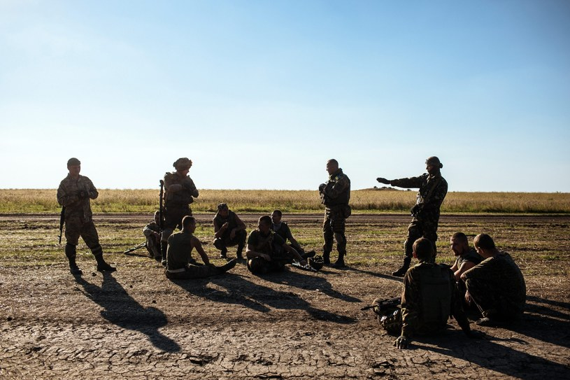 Ukraińscy żołnierze odpoczywają w pobliżu Ługańska /PAP/EPA