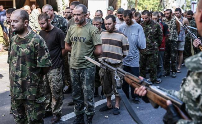 Ukraińscy żołnierze prowadzeni ulicami Doniecka /PAP/EPA/SERGEI ILNITSKY /PAP/EPA