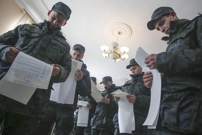 Ukraińscy żołnierze w lokalu wyborczym w Kijowie /PAP/EPA