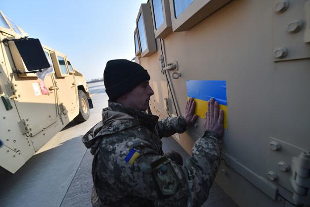 Ukraińska flaga na przestarzałym amerykańskim Humvee /AFP