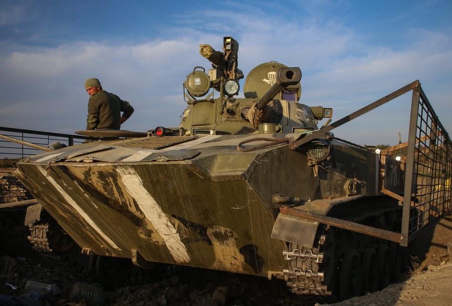 Ukraiński żołnierz na transporterze opancerzonym /KONSTANTIN GRISHIN /PAP/EPA