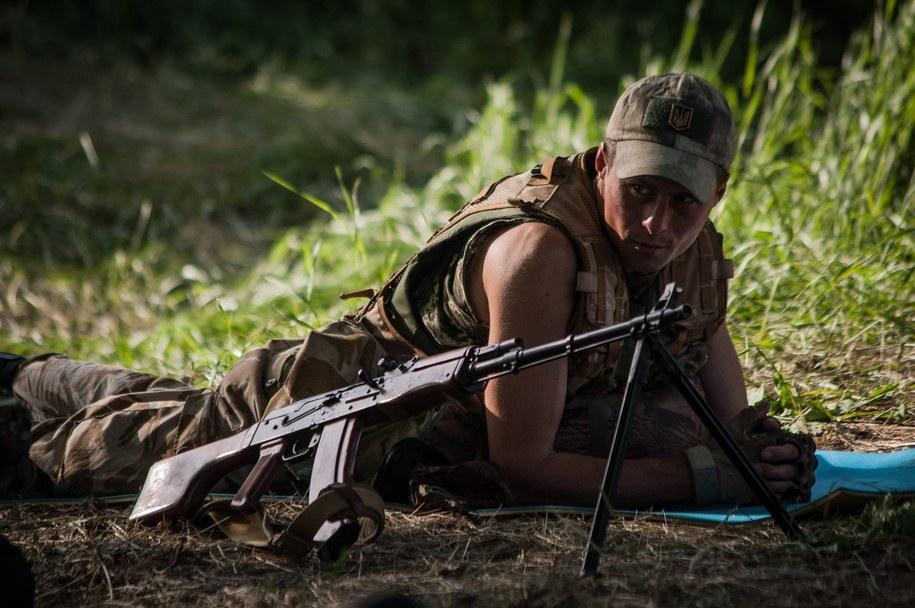 Ukraiński żołnierz niedaleko bazy w Mariupolu /ROMAN PILIPEY /PAP/EPA