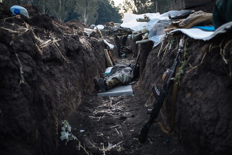 Ukraiński żołnierz śpi w okopie w okolicach Doniecka /PAP/EPA