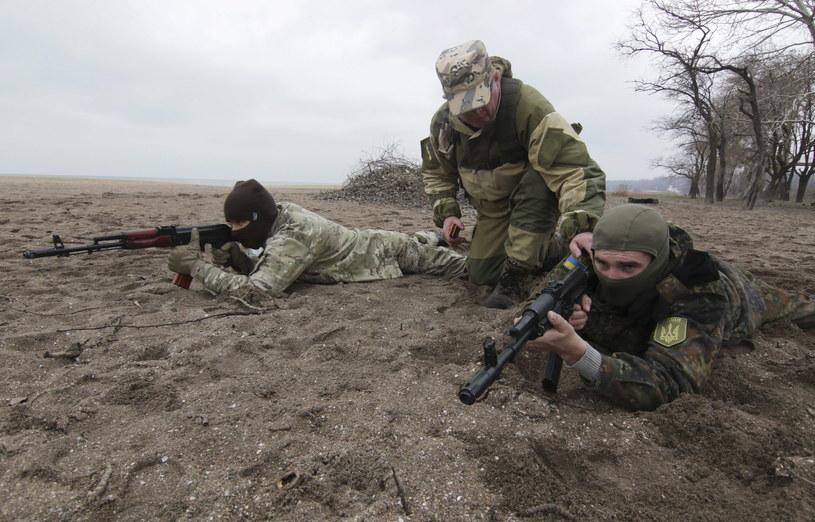 Ukraiński żołnierz szkoli cywilów z Mariupola /PAP/EPA