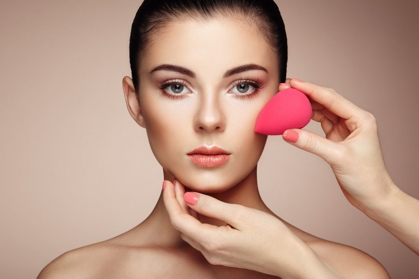 ukrywanie niedoskonałości makijażem /© Photogenica