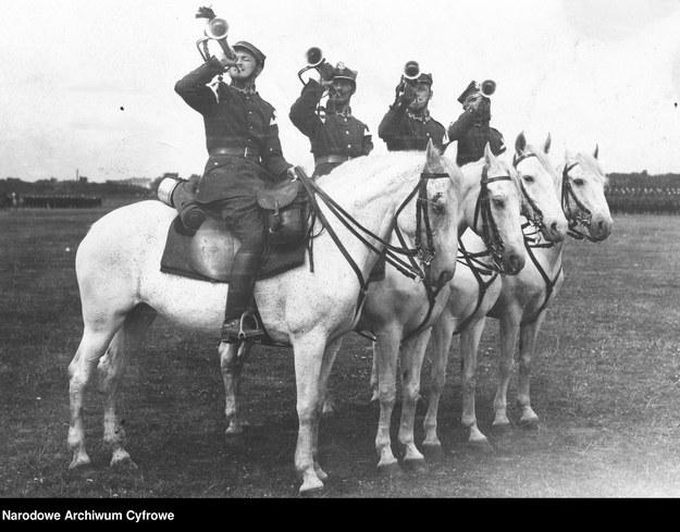 Ułani z plutonu trębaczy podczas uroczystości, rok 1924 r., zdjęcie ilustracyjne /Z archiwum Narodowego Archiwum Cyfrowego