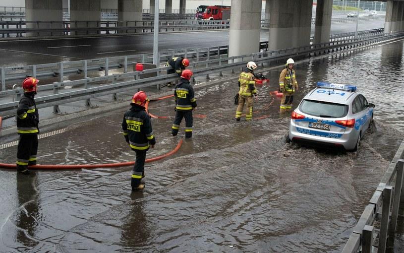 Ulewa zalała południowa obwodnicę Warszawy w miejscu przejazdu przez tory w Miedzeszynie /Stanisław Różycki /Reporter