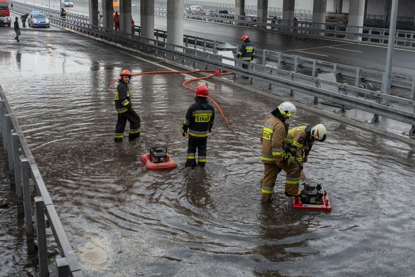 Ulewa zalała południową obwodnicę Warszawy w miejscu przejazdu przez tory w Miedzeszynie /Stanisław Różycki /Reporter