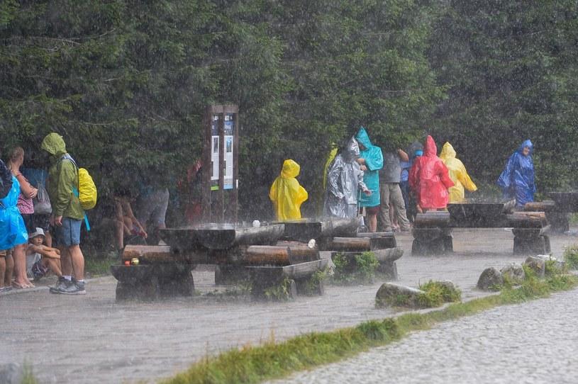 Ulewa złapała w piątek turystów na szlaku do Morskiego Oka /Gerard /Reporter