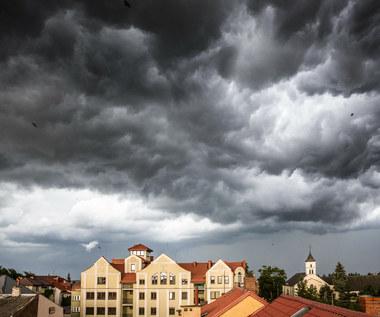 Ulewny deszcz, burze i grad. Rozesłano alerty RCB