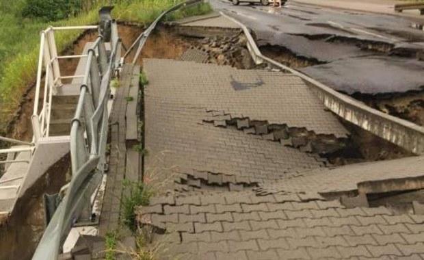 Ulewy na Pomorzu. W Gdyni woda podmyła chodnik i zniszczyła fragment jezdni