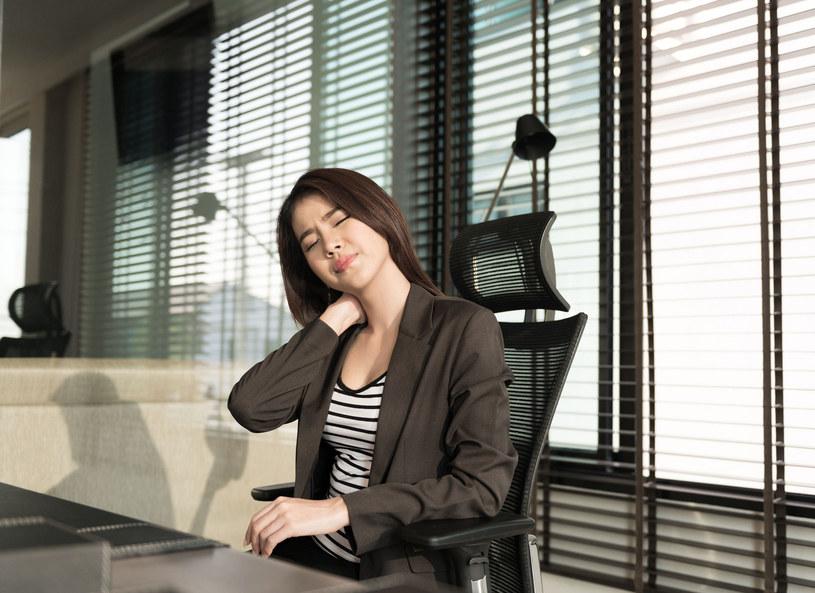 Ulgę w bólu karku mogą przynieść delikatne ruchy głową w przód, w tył i na boki oraz kręcenie ramionami. /Picsel /123RF/PICSEL