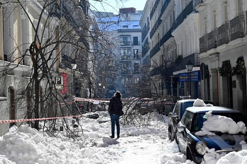 Ulica Madrytu zasypana śniegiem. /AFP