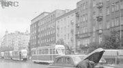 Ulica Puławska w Warszawie po stronie nieparzystej w kierunku placu Unii Lubelskiej. Na pierwszym planie widoczna zepsuta taksówka osobowa marki Warszawa, 1968.