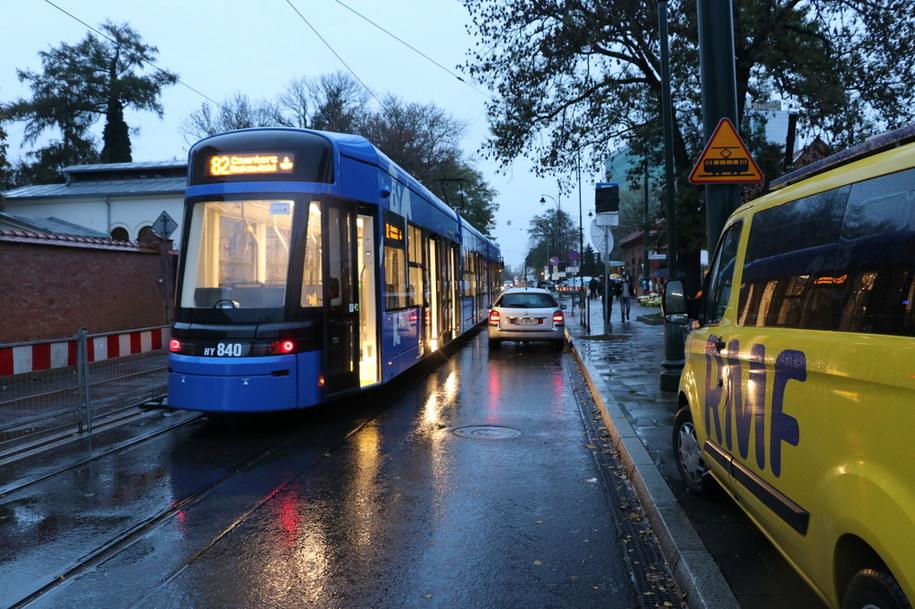 Ulica Rakowicka w Krakowie, tuż przy cmentarzy,  jest wyłączona z ruchu, dojeżdża tuam kilka dodatkowych, linii tramwajowych. /Jacek Skóra /RMF FM