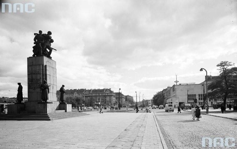 Ulica Targowa w Warszawie w latach 50. zeszłego stulecia. Widoczny Pomnik Braterstwa Broni /Z archiwum Narodowego Archiwum Cyfrowego