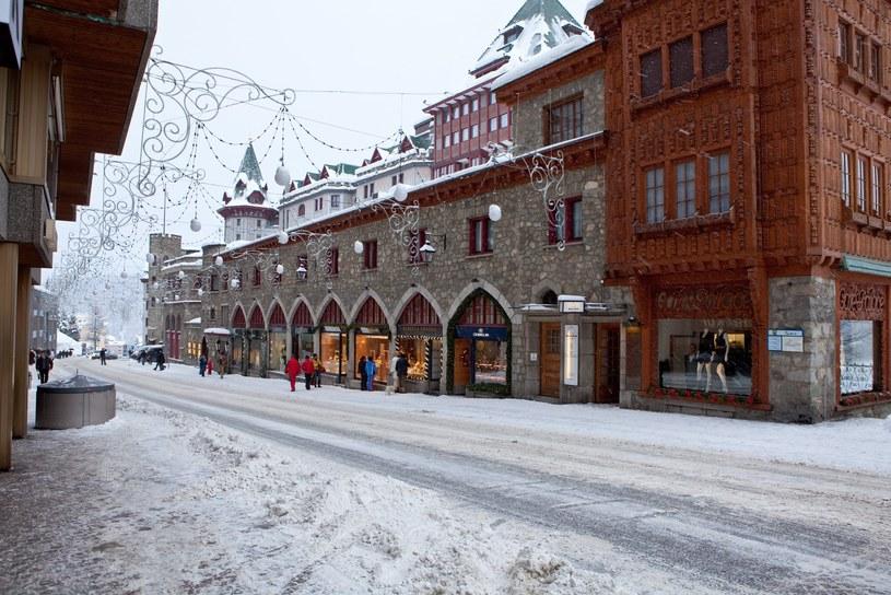 Ulica Via Serlas w mieście St. Moritz, obok widoczny jest luksusowy Badrutts Palace Hotel /ARKADIUSZ ZIOLEK /East News