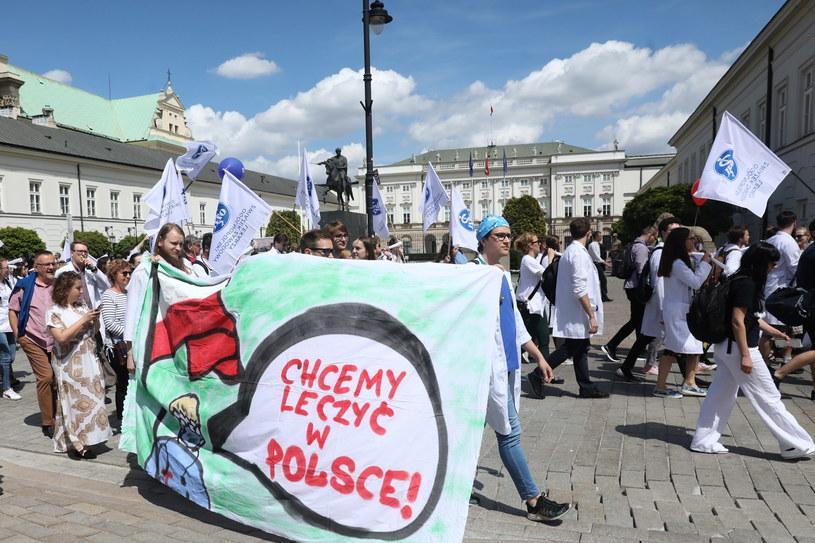 Ulicami Warszawy przeszła w sobotę manifestacja zorganizowana przez Ogólnopolski Związek Zawodowy Lekarzy /Tomasz Gzell   /PAP