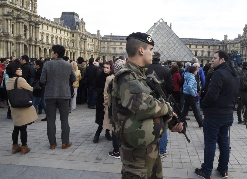 Ulice Paryża patroluje wojsko i policja /AFP