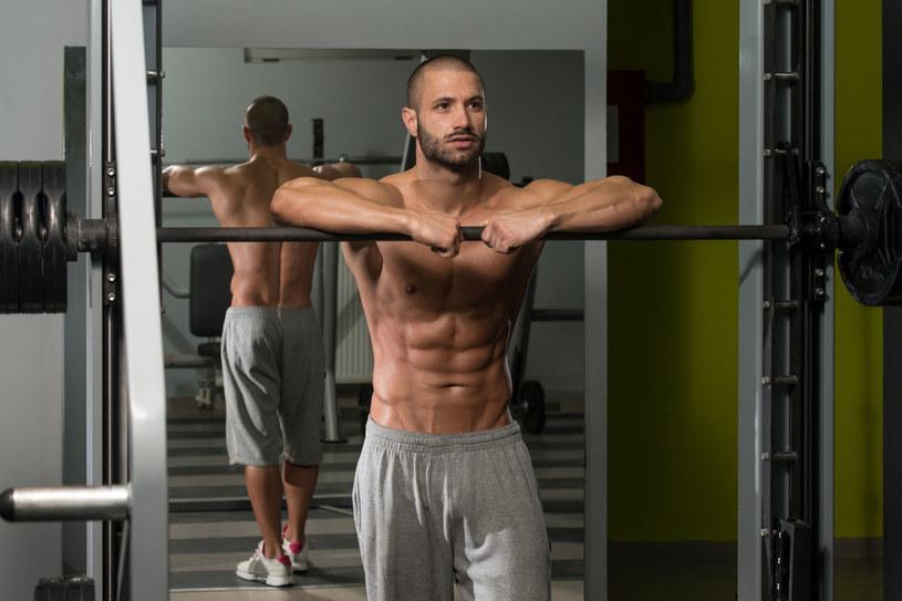 Umięśnionego trudno wygonić z siłowni /123RF/PICSEL