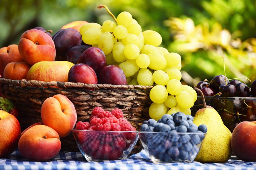 Umieszczenie owoców w ładnej misce, np. obok kluczyków do samochodu, sprawia, że sięgnięcie po banana czy jabłko jest nagle bardziej naturalne. /Styl.pl/materiały prasowe