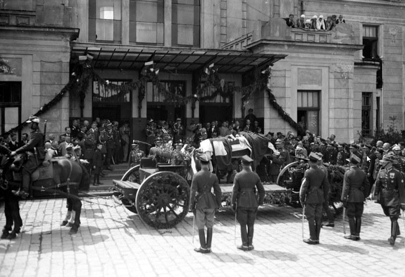 Umieszczenie trumny na lawecie przed budynkiem dworca w Tarnowie /Z archiwum Narodowego Archiwum Cyfrowego