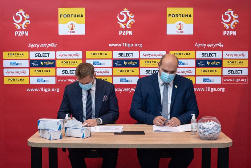 Umowę parafują prezes Zarysu Paweł Ossowski (z lewej) oraz sternik PLP Marcin Janicki. /materiały prasowe