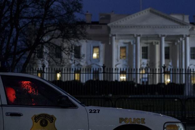 Umundurowany oficer Secret Service przed Białym Domem fot. Brendan Smialowski /AFP