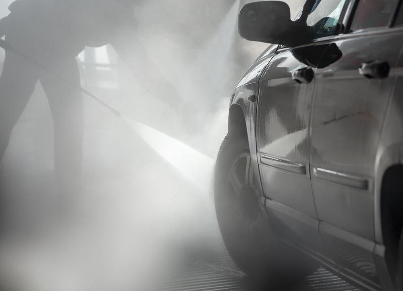 Umyj dokładnie samochód /©123RF/PICSEL