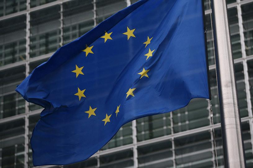 Unijna flaga przed gmachem Komisji Europejskiej /Getty Images