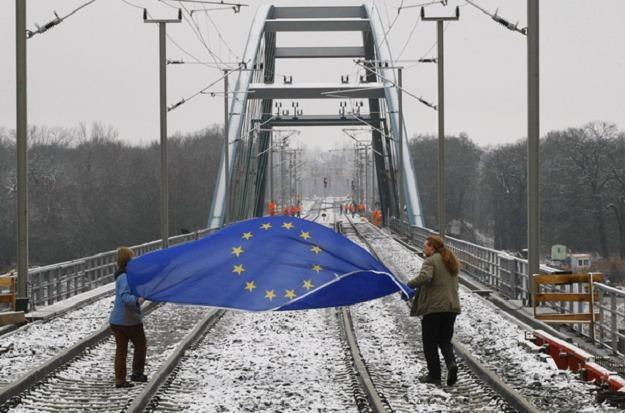 Unijne pieniądze przeznaczane na kolej musza trafić do polskiej kolei /AFP