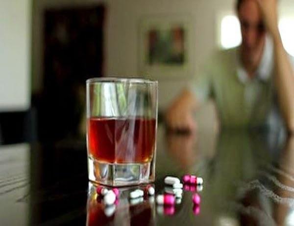 Unikaj łączenia alkoholu i leków /© Photogenica