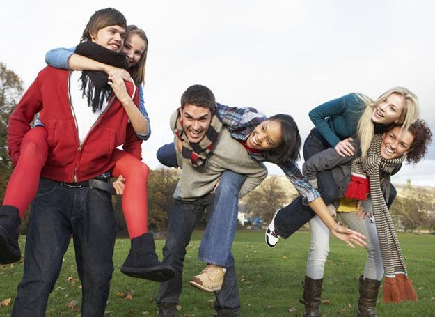 Unikaj narzucania swojego towarzystwa młodzieży /© Panthermedia