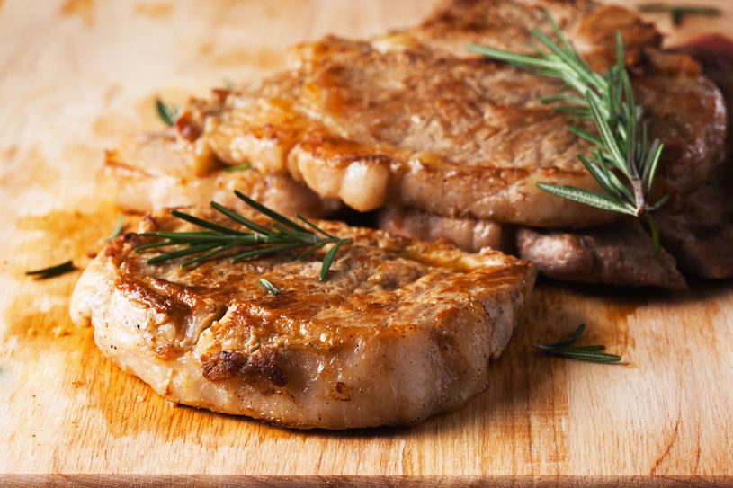 Unikaj potraw smażonych, tłustych, pikantnych, napojów gazowanych i kwaśnych produktów - nasilają zgagę /123RF/PICSEL