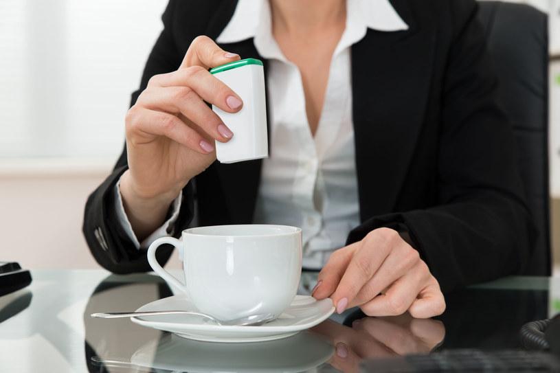 Unikaj sztucznych słodzików, takich jak aspartam /123RF/PICSEL