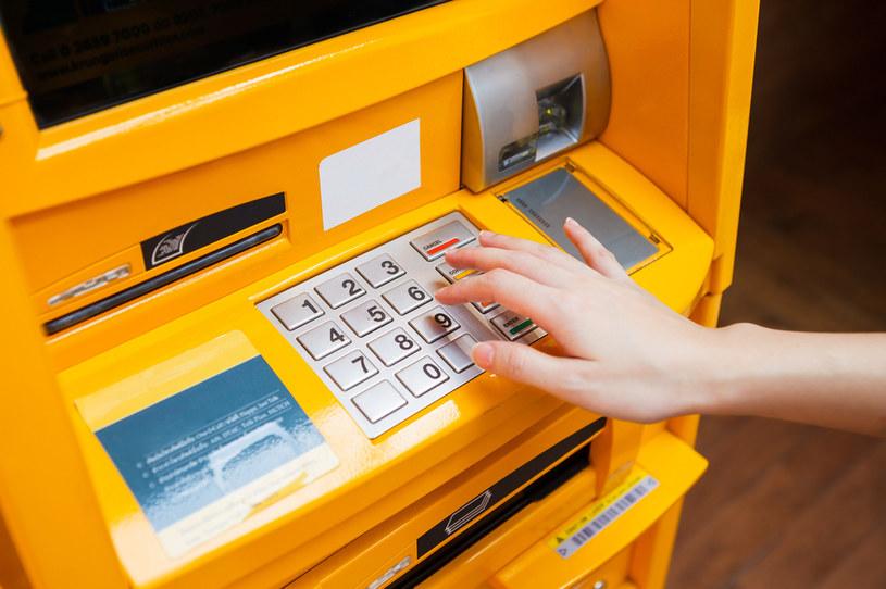 Unikaj wypłacania pieniędzy z niemonitorowanych bankomatów /123RF/PICSEL