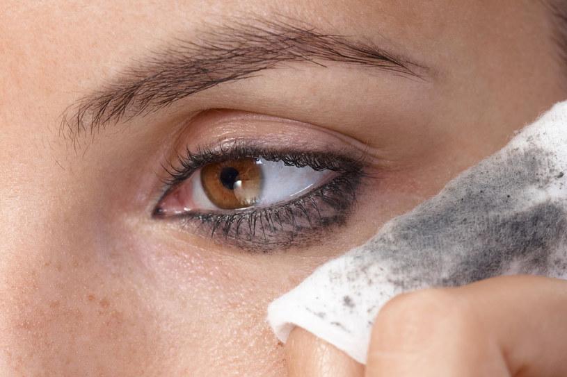 Unikasz wieczornego oczyszczania twarzy? Pamiętaj, że kosmetyki i zanieczyszczenia wnikają w głąb skóry, przyczyniając sie do jej szybszego starzenia się /123RF/PICSEL