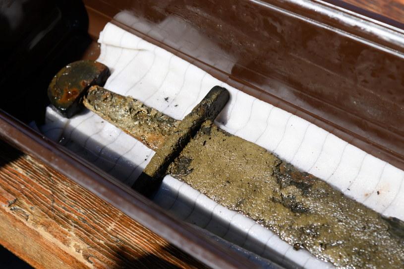 Unikatowy miecz z X-XI wieku z krzyżem jerozolimskim zaprezentowany podczas konferencji prasowej zorganizowanej przez Muzeum Pierwszych Piastów na Lednicy i Centrum Archeologii Podwodnej UMK w Toruniu. /Jakub Kaczmarczyk /PAP