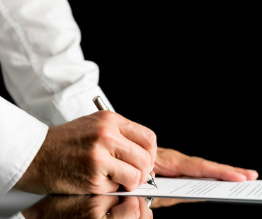 UOKiK przestrzega przed korzystaniem z usług firm oferujących pomoc w spłacie zadłużenia